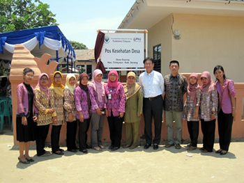 開所式に参列したTanabe Indonesia社長と助産師他